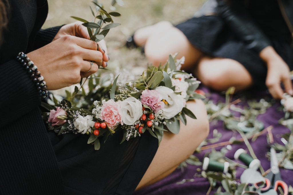 Zbliżenie na wianek z różowych i białych kwiatów.