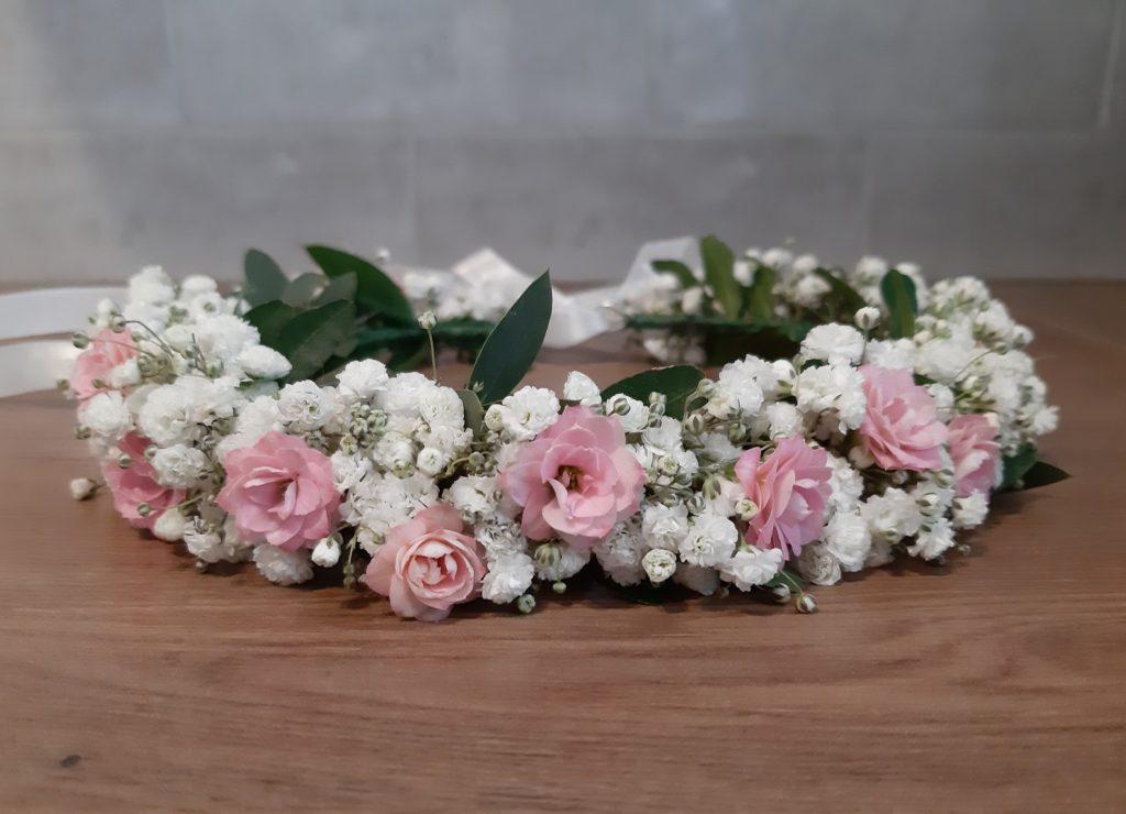 Delikatny wianek komunijny z gipsówki z dodatkiem różowych kwiatków.