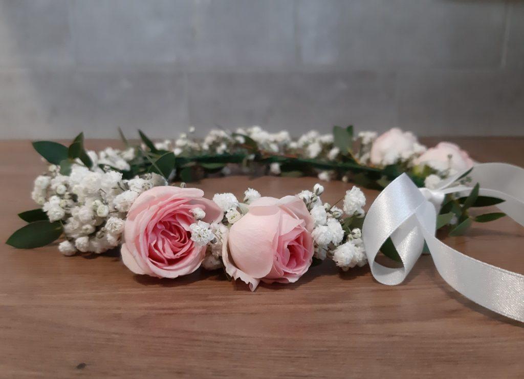 Wianek komunijny w gipsówki z dodatkiem różowych różyczek.