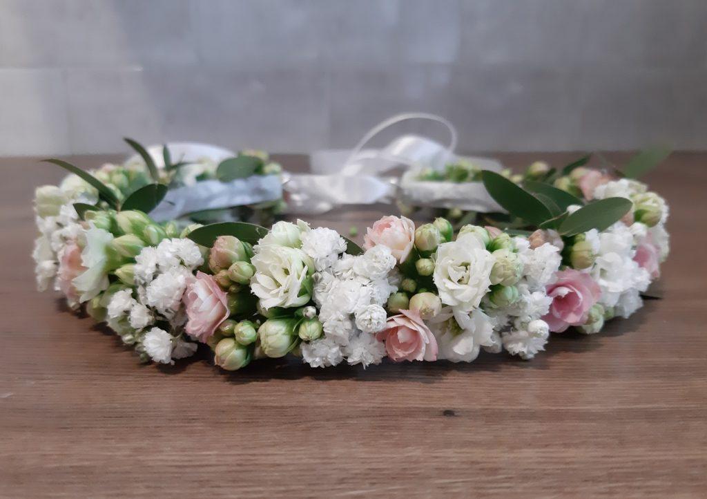 Wianek komunijny z białych i różowych kwiatów.