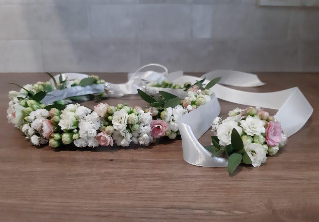 Wianek komunijny z białych i różowych kwiatów wraz z pasującą do wianka kwiatową bransoletką.