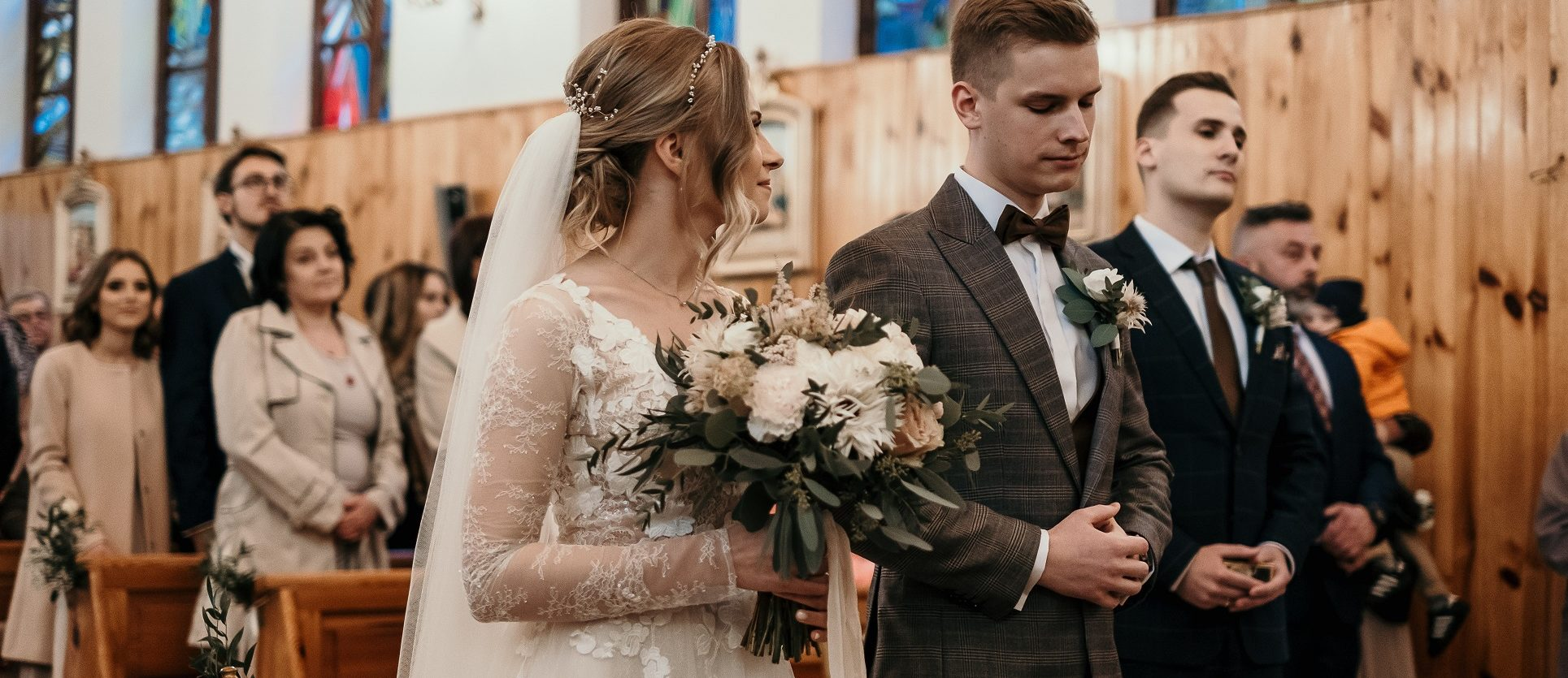 Panna młoda i bukiet ślubny wykonanym przez Kwiaty na okrągło- pracownia florystyczna Warszawa