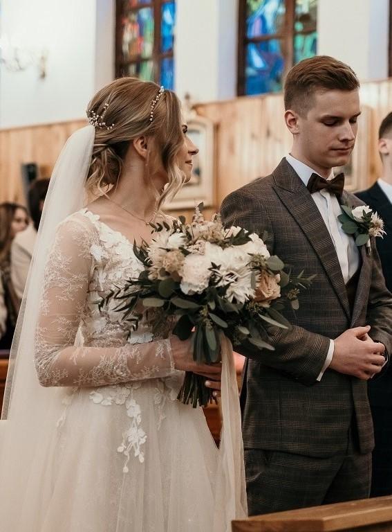 Panna młoda trzymająca bukiet ślubny.
